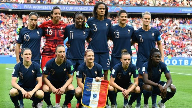L'équipe de France féminine de football pose sur la pelouse du Parc des Princes avant le coup d'envoi du quart de finale du Mondial contre les Etats-Unis, le 28 juin 2019 [FRANCK FIFE / AFP]