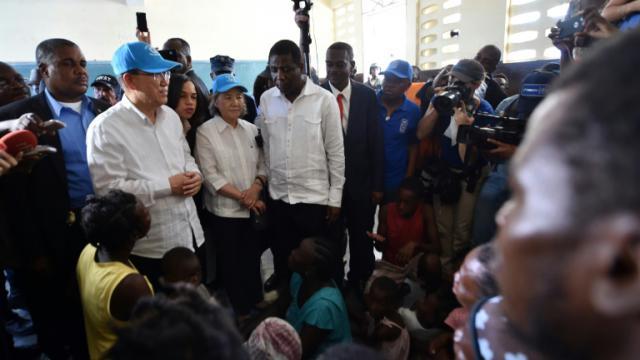 Le secrétaire général de l'ONU Ban Ki-moon et son épouse Yoo Soon-taek visitent les sinistrés de l'ouragan Matthew aux Cayes dans sud-ouest d'Haïti, le 15 octobre 2016 [HECTOR RETAMAL / AFP]