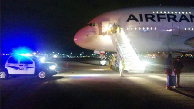 Un avion d'Air France, parti de Los Angeles,  sur le tarmac de l'aéroport de Salt Lake City, après avoir été dérouté pour des raisons de sécurité, le 17 novembre 2015  [- / AFP]
