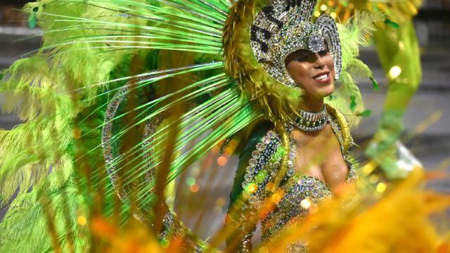 Une membre de l'école de samba Unidos do Peruche lors d'un défilé à Rio de Janeiro, au Brésil, le 6 février 2016 [NELSON ALMEIDA / AFP]