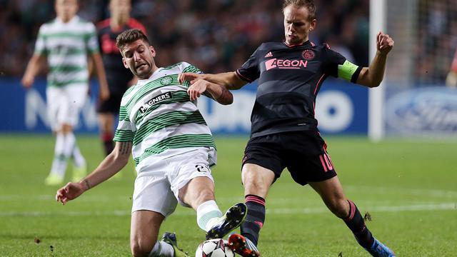 Le défenseur du Celtic Charlie Mulgrew à la lutte avec le milieu de l'Ajax Siem de Jong, en Ligue des champions, le 22 octobre 2013 à Glasgow [Ian Macnicol / AFP/Archives]