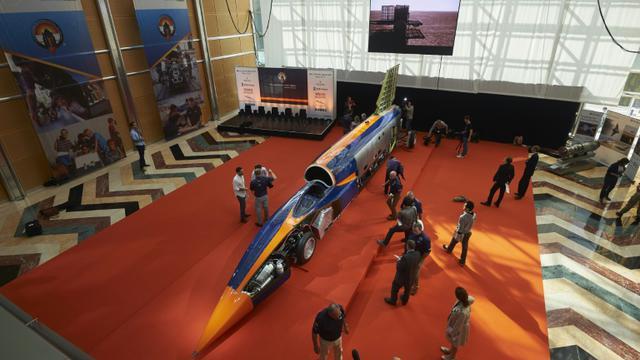 Des visiteurs devant une  voiture-fusée pouvant atteindre la vitesse surréaliste de 1.600 km/h présentée à Londres, le 24 septembre 2015 à Londres [NIKLAS HALLE'N / AFP]