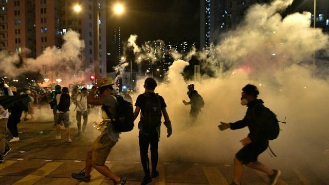 Manifestants prodémocratie au milieu des gaz lacrymogène dans le district de Wong Tai Sin à Hong Kong, tôt le 4 août 2019 [Anthony WALLACE / AFP]