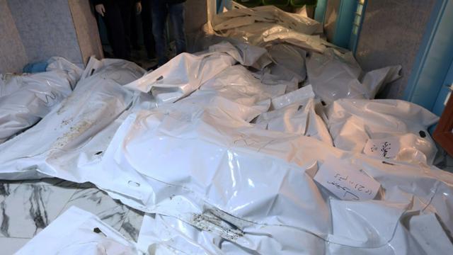 Des corps recouverts par des bâches dans un hôpital de Sabratha, à l'ouest de Tripoli, le 20 février 2016, après une attaque américaine contre un camp d'entrainement de l'EI [MAHMUD TURKIA / AFP]