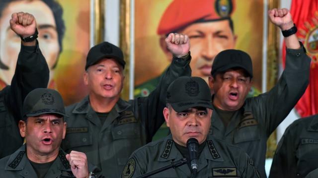 Le ministre vénézuélien de la Défense, le général Vladimir Padrino (c) entouré par des militaires, le 19 février 2019 à Caracas [Yuri CORTEZ / AFP]