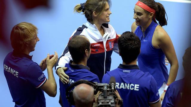 La Française Caroline Garcia (d) congratulée par Amélie Mauresmo après sa victoire face à la Tchèque Karolina Pliskova en finale de Fed Cup, le 13 novembre 2016 à Strasbourg [PATRICK HERTZOG / AFP/Archives]