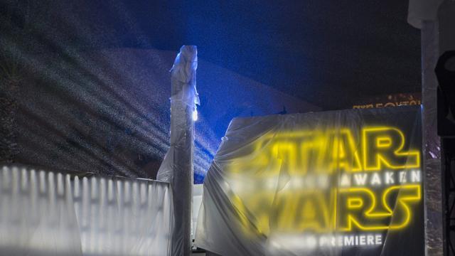 """Entrée bâchée de la tente montée pour la première du nouvel opus de """"Star Wars"""" le 13 décembre 2015 à Los Angeles, en Californie [DAVID MCNEW / GETTY/AFP/Archives]"""
