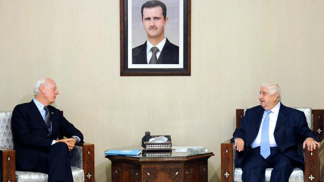 Photo fournie par l'agence officielle syrienne Sana de la rencontre entre l'envoyé spécial de l'ONU Staffan de Mistura (g) et le ministre des Affaires étrangères syrien Walid Muallem à Damas [HO / SANA/AFP]