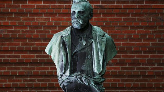 La statue d'Alfred Nobel le 3 octobre 2011 à l'institut Krolinska à Stockholm [Jonathan Nackstrand / AFP/Archives]