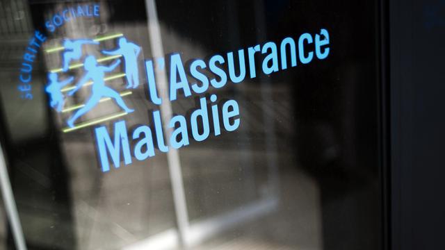 Photo prise le 23 octobre 2012 à Paris du logo de l'Assurance Maladie devant un batiment de la Caisse primaire d'Assurance Maladie (CPAM) [Fred Dufour / AFP/Archives]