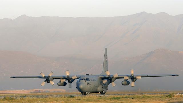 Un avion de transport militaire américain C-130  à l'atterrissage le 19 août 2012à l'aéroport de Kaboul [ALEXANDER KLEIN / AFP/Archives]