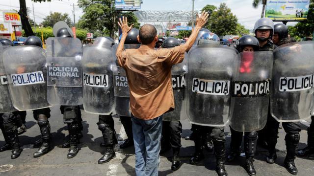 Un manifestant nicaraguyaen s'oppose aux policiers anti-émeutes, à Managua le 15 septembre 2018 [INTI OCON / AFP]