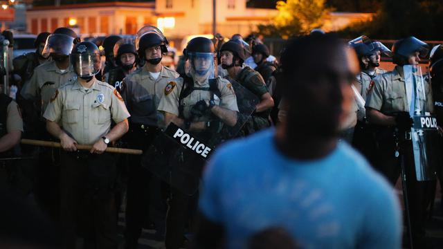 La police anti-émeute face aux manifestants à Ferguson (Missouri) le 13 août 2014 [Scott Olson / Getty/AFP]