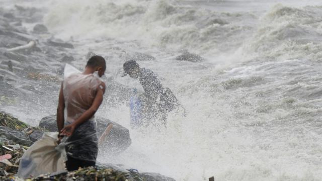 Le typhon Koppu touche Manille, le 18 octobre 2015 [TED ALJIBE / AFP]