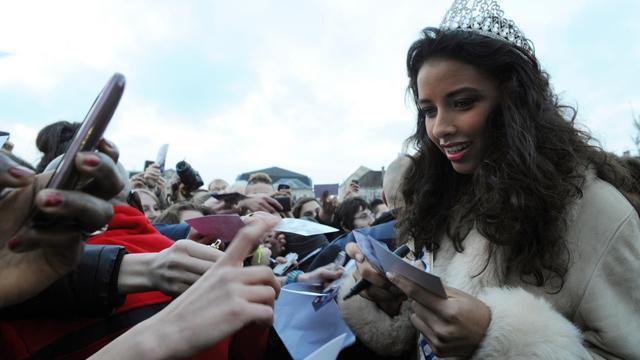Flora Coquerel, l'actuelle titulaire de la couronne de Miss France, donne des autographes le 18 décembre 2013 à Morancez (Centre)   [Jean-Francois Monier / AFP/Archives]