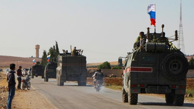 Un convoi de véhicules militaires russes se rend vers la ville de Kobané dans le nord-est de la Syrie, le 23 octobre 2019 [- / AFP]