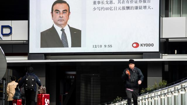 Le portrait de Carlos Ghosn diffusé par la télévision japonaise sur un écran géant à Tokyo, le 10 décembre 2018 [Martin BUREAU / AFP]