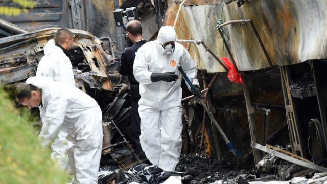 Des enquêteurs de l'IRCGN sur le site de l'accident de Puisseguin le 24 octobre 2015 [MEHDI FEDOUACH / AFP]