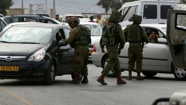 Des soldats israéliens lors d'un contrôle des automobilistes à Jenin, en Cisjordanie, le 24 octobre 2015 [JAAFAR ASHTIYEH / AFP]
