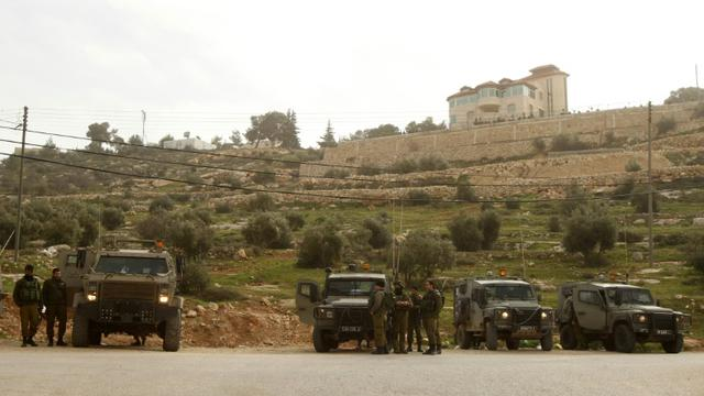 Des soldats israéliens contrôlent l'accès à au village de Karma près de Hébron après une attaque au couteau dans une colonie, le 18 janvier 2016 en Cisjordanie [HAZEM BADER / AFP/Archives]