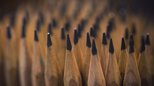 Dernier fabricant français de crayons de bois, la Compagnie française des crayons (CFC) perpétue un savoir-faire qui n'a guère changé depuis que Nicolas Conté a créé en 1800 sa première unité de fabrication à Paris [Joel Saget / AFP/Archives]