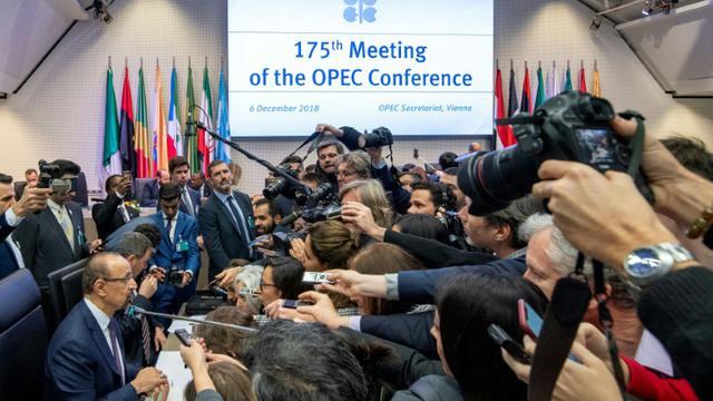 Le ministre saoudien de l'Energie, Khaled al-Faleh (G) parle aux journalistes au siège de l'Organisation des pays exportateurs de pétrole (Opep) à Vienne, en Autriche, le 6 décembre 2018 [JOE KLAMAR / AFP]