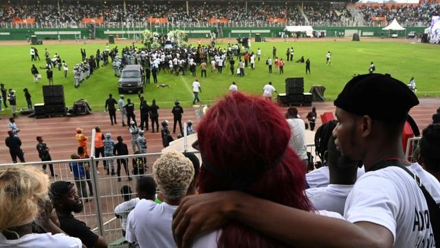 Des fans se recueillent pour les obsèques du chanteur ivoirien DJ Arafat au stade Félix Houphouet-Boigny d'Abidjan le 31 août 2019. [ISSOUF SANOGO / AFP]