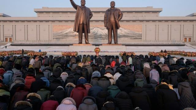 Des Nord-Coréens s'inclinent devant les statues de Kim Il Sung et Kim Jong Il, le 16 février 2019 à Pyongyang [Ed JONES / AFP]