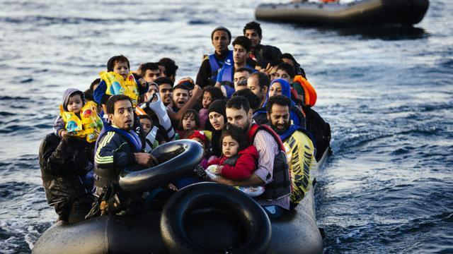 Des migrants et réfugiés arrivent sur l'île grecque de Lesbos après avoir traversé la mer Egée depuis la Turquie, le 14 octobre 2015 [DIMITAR DILKOFF / AFP]