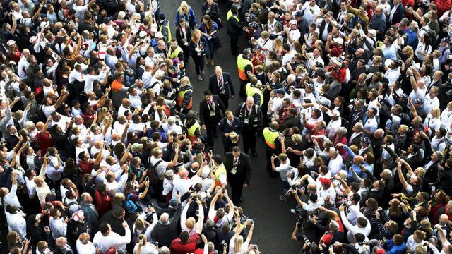 L'ancienne star du XV anglais Jonny Wilkinson arrive avec le trophée du Mondial de rugby, devant le stade de Twickenham, le 18 septembre 2015 [FRANCK FIFE / AFP]