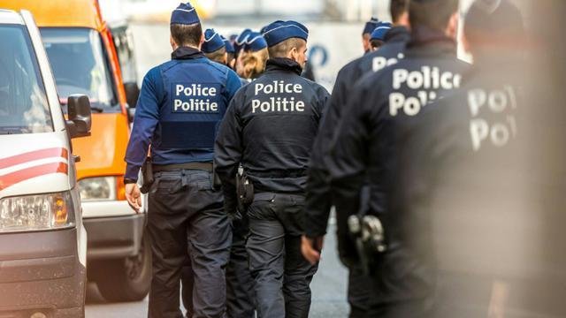 Des policiers près de la station de métro Maelbeek à Bruxelles le 22 mars 2016 [PHILIPPE HUGUEN / AFP]
