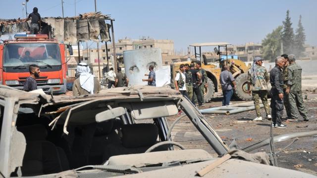 Des Syriens inspectent un site après une attaque à la bombe à Hassaké dans le nord-est du pays, le 19 août 2015 [Delil Souleiman / AFP/Archives]