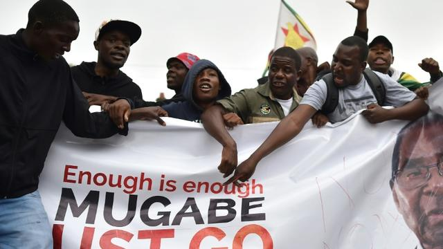 Des Zimbabwéens manifestent le 18 novembre 2017 à Harare pour exiger le départ du président Robert Mugabe, au pouvoir au Zimbabwe depuis 1980 [- / AFP]
