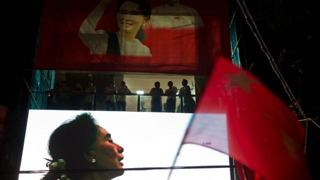 Portrait de l'opposante birmane Aung San Suu Kyi projeté sur un écran au siège de son parti à Rangoun, le 9 novembre 2015 [ROMEO GACAD / AFP]