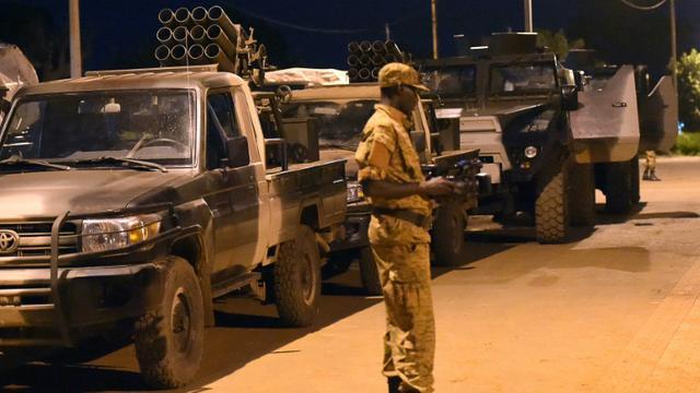Un soldat burkinabè se tient devant des lance-roquettes du régiment de la garde présidentielle, le RSP, le 26 septembre 2015 au camp militaire Guillaume Ouedraogo de Ouagadougou [SIA KAMBOU / AFP]