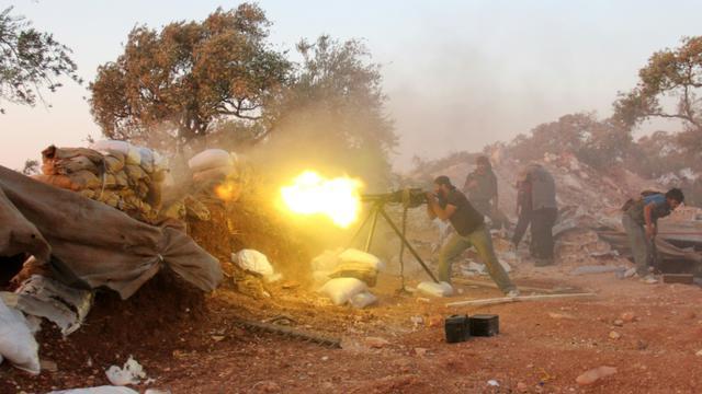 Un combattanr rebelle lors d'affrontements avec les forces pro-gouvernementales le 18 septembre 2015 dans la province d'Idlib [OMAR HAJ KADOUR / AFP/Archives]