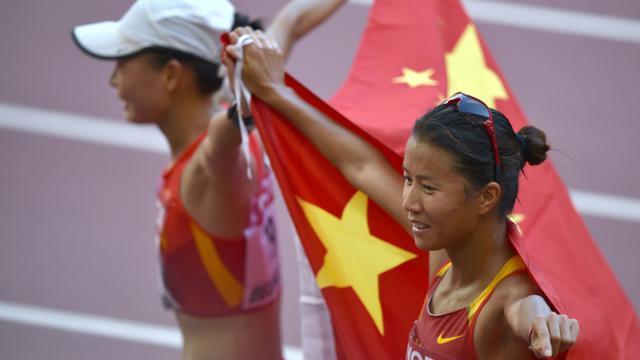 La Chinoise Lu Xiuzhi (D) et sa compatriote Liu Hong à l'issue du 20 km marche, le 28 août 2015 à Pékin [PEDRO UGARTE / AFP]