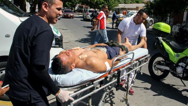 Un policier blessé dans l'attaque à l'explosif d'un commissariat dans la ville portuaire de Barranquilla (nord de la Colombie), attribuée par les autorités à des trafiquants de drogue, le 27 janvier 2018 [Jose TORRES / AFP]
