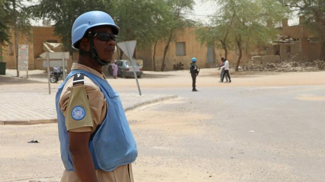 Un casque bleu de la Minusma le 8 avril 2015 à Tombouctou au Mali [Sebastien RIEUSSEC / AFP/Archives]