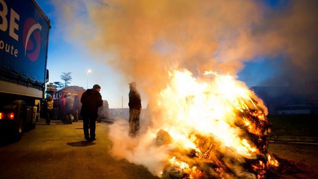 Des agriculteurs bloquent une route nationale à Vannes, le 15 février 2016 [JEAN-SEBASTIEN EVRARD / AFP]