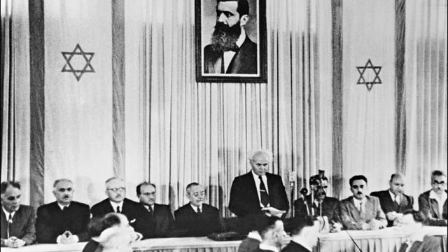 Le Premier ministre israélien David Ben Gourion, entouré par les membres du Conseil national juif, proclame la création de l'Etat d'Israël, le 14 mai 1948 à Tel-Aviv [ / AFP/Archives]