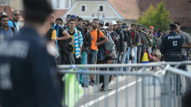 Des migrants et réfugiés attendent de traverser la frontière entre la Slovénie et l'Autriche, le 21 septembre 2015 à Gornja Radgona, en Slovénie [Jure Makovec / AFP/Archives]