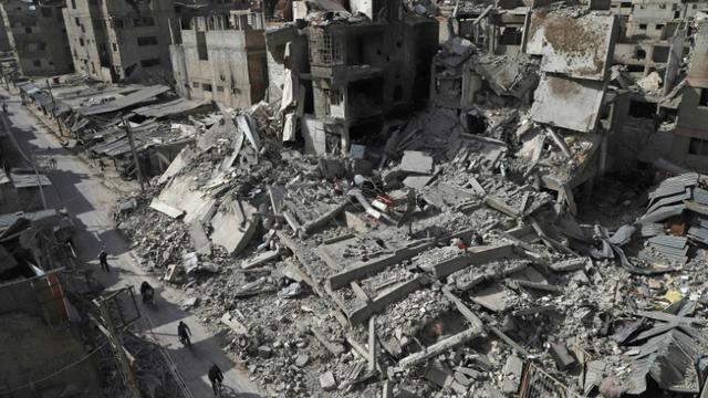 Vue de destructions dans la ville de Douma, dans la partie rebelle de la Ghouta orientale, près de Damas, le 5 mars 2018 [AMER ALMOHIBANY / AFP]