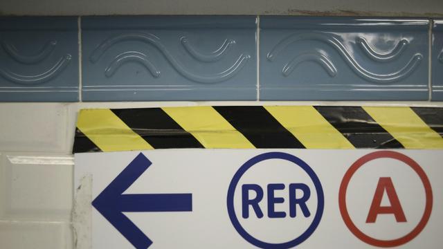 Dix bus de substitution sont mis en place après l'interruption du trafic sur le RER A entre les gares de La Défense et Rueil-Malmaison [Stephane de Sakutin / AFP/Archives]