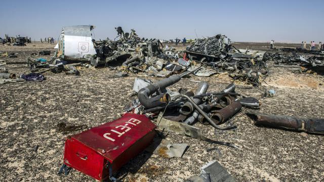 Des débris de l'avion A321 sur le side du Wadi al-Zolomat dans la péninsule du Sinaï le 1er novembre 2015 [KHALED DESOUKI / AFP]
