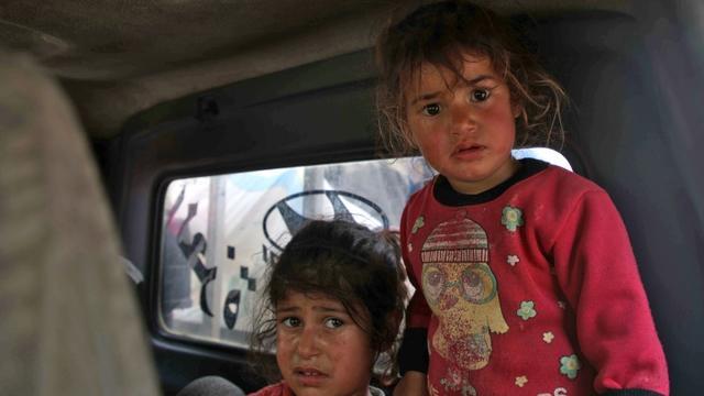 Des enfants qui ont fui leur domicile après des bombardements présumés du régime de Damas contre les provinces de Hama et Idleb, le 1er mai 2019 en Syrie [Aaref WATAD / AFP]