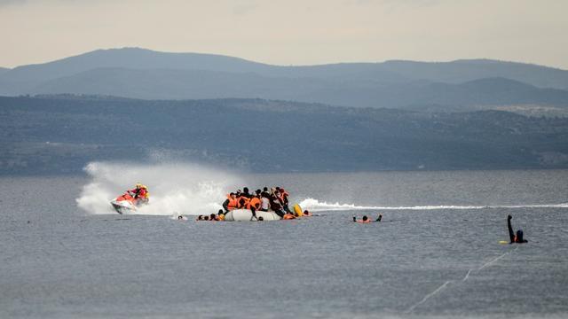 Un bateau de sauvetage aide des migrants naufragés, en Méditerranée près de l'île de Lesbos, le 25 novembre 2015 [BULENT KILIC / AFP/Archives]