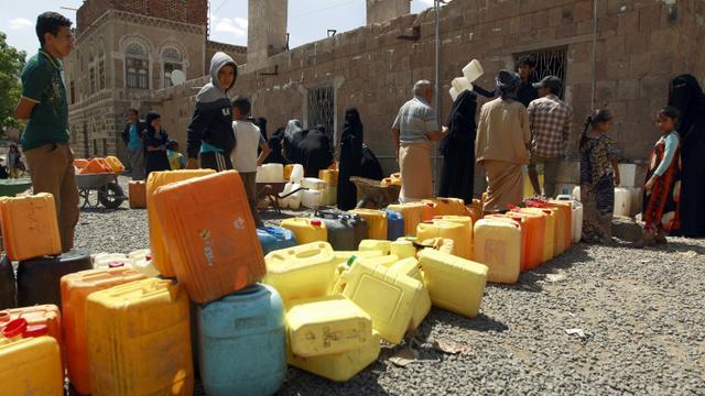 Des Yéménites en file d'attente pour remplir des bidons d'eau le 22 août 2015 à Sanaa [MOHAMMED HUWAIS / AFP]