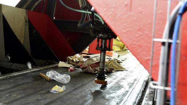 Le robot Max AI est capable de reconnaître certains types de déchets indésirables et, avec un bras articulé, de les en écarter [FRANCOIS LO PRESTI / AFP]