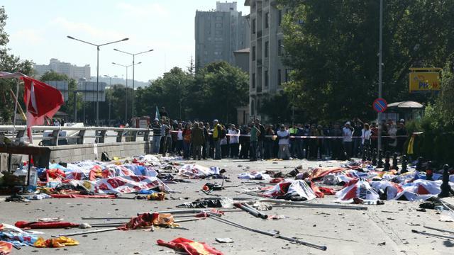 Des drapeaux recouvrent des corps de victimes du double attentat-suicide à Ankara qui a fait 95 morts, le 10 octobre 2015 en Turquie [Adem Altan / AFP]